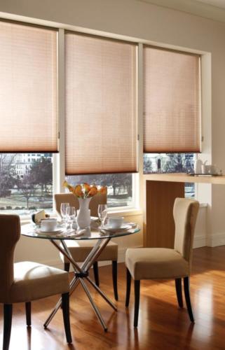kremowe plisy okienne w pokoju gościnnym Szczecin