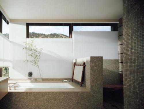 Plis w na okienny w łazięce